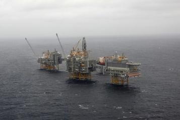 Les cours du pétrole peinent à finir la semaine sur une note positive)
