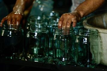 Au Liban, le verre pulvérisé par l'explosion recyclé en carafes et bocaux)