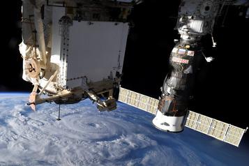 La Station spatiale a manœuvré pour éviter une possible collision avec un débris)