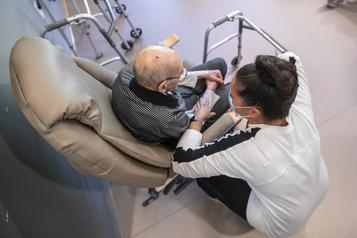 Centres de soins de longue durée Ottawa songe à interdire le double emploi)