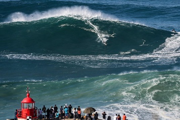 Portugal Des surfeurs de l'extrême s'attaquent aux premières vagues géantes)