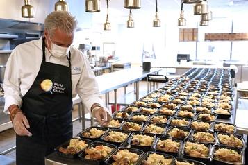 Le chef Éric Ripert rouvre sa cuisine pour aider les soignants)