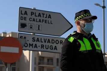 Des villes côtières espagnoles se barricadent pour empêcher l'arrivée de touristes