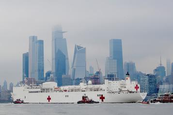 New York salue l'arrivée d'un navire-hôpital, l'épidémie s'accélère aux États-Unis