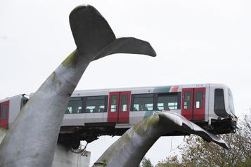 Pays-Bas Un métro qui déraille s'échoue sur une sculpture de cétacé)