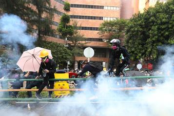 Hong Kong: les assiégés de la PolyU bravent les appels à se rendre