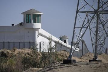 Campagne d'assimilation forcée en Chine Plus de 380 centres de détention secrets de minorités musulmanes au Xinjiang)