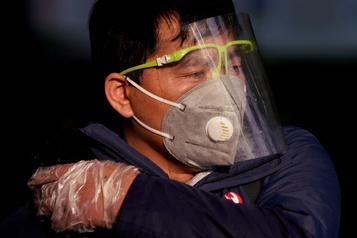 Coronavirus: le bilan explose en Chine, les États-Unis prennent leurs distances