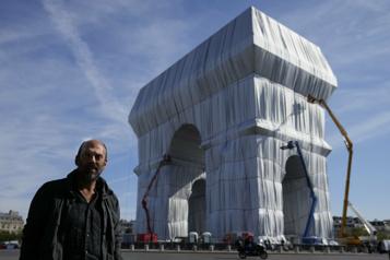 Macron inaugure l'Arc de Triomphe enveloppé, le «rêve fou» de Christo)