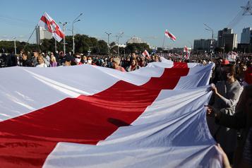 Biélorussie Des dizaines de milliers de manifestants malgré la répression policière)