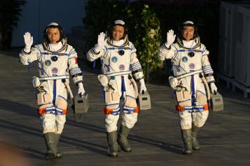 Les astronautes chinois achèvent leur mission de 3mois dans l'espace)
