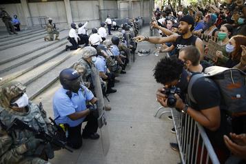 Genou à terre, le signe de solidarité des policiers américains face aux manifestants)