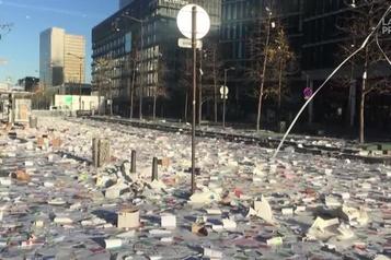 Éboueurs en grève Une rue de Paris inondée de brochures lancées depuis les toits)