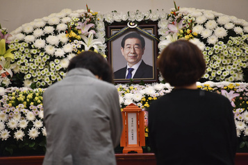 Accusé de harcèlement sexuel, le maire de Séoul se serait suicidé)
