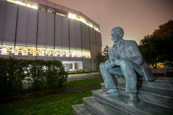 Une sculpture de Dany Laferrière à la Grande Bibliothèque)