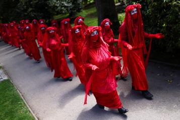 Des manifestants vêtus de rouge demandent plus d'efforts du G7 pour le climat)