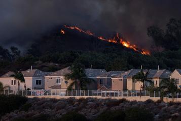 Californie Violents feux de broussailles, 90000personnes évacuées)