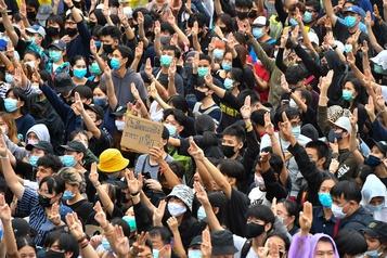 Thaïlande Des dizaines de milliers de manifestants dans la rue malgré l'interdiction)