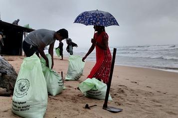 Après avoir frappé le Sri Lanka, un cyclone se dirige vers le sud de l'Inde)