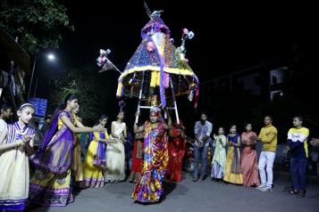 Inde Retour des foules aux fêtes religieuses, les horreurs de la COVID-19 s'estompent