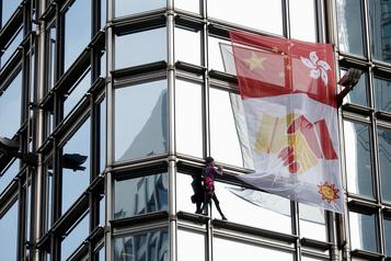 Le Spiderman français déploie une banderole sur un gratte-ciel de Hong Kong