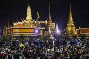 Des milliers de manifestants à Bangkok contre le gouvernement)