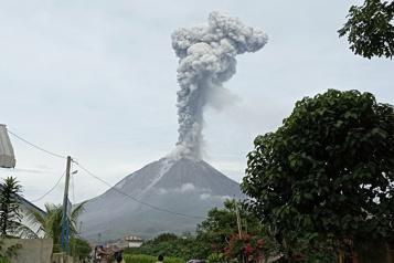 Indonésie Une haute colonne de fumée se dégage du volcan Sinabung )