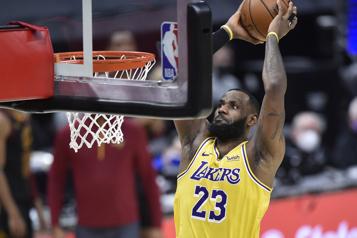 «King» James réussit un retour triomphal à Cleveland)