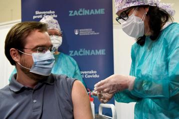 Thrombose La Slovaquie suspend la vaccination avec la première dose d'AstraZeneca)