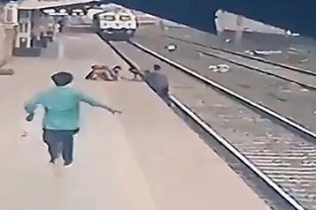 En Inde, un «superhéros» sauve un enfant sur les rails d'une gare )