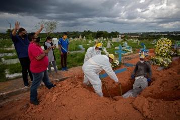 COVID-19 Dans le plus grand cimetière du Brésil, on enterre de nuit)