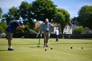 Reprise du croquet en Grande-Bretagne: le sport idéal de la distanciation)
