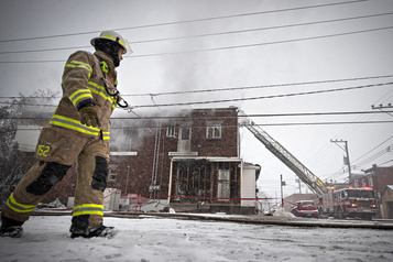 Un immeuble résidentiel incendié à Laval)