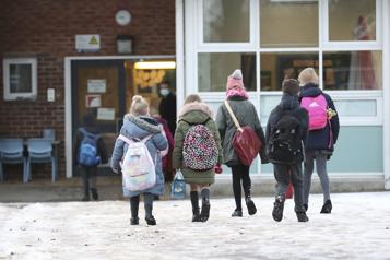 COVID-19 Le gouvernement britannique sous pression pour rouvrir les écoles)