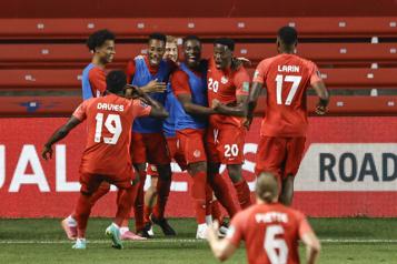 Le Canada bat le Suriname et poursuit sa route pour la Coupe du monde)
