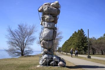 Butiner dans les jardins de sculptures de Montréal)