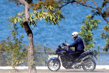 Brésil: Bolsonaro, contaminé, se promène à moto et discute sans masque)