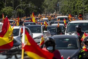 COVID-19: des milliers d'Espagnols manifestent contre le gouvernement)
