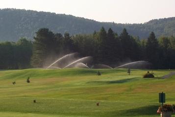 Un club de golf transfrontalier fermé aux Canadiens)