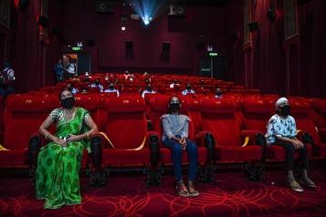 Les cinémas rouvrent en Inde)