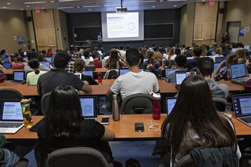 Diplômés universitaires: l'écart se creuse entre les hommes et les femmes)