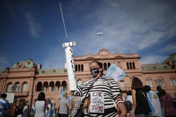 Argentine Manifestations en réaction au scandale de favoritisme dans les vaccinations )