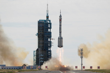La première mission habitée décolle vers la station spatiale chinoise)