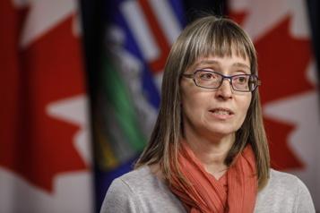 Alberta  La médecin hygiéniste en chef défend le déconfinement général de la province)