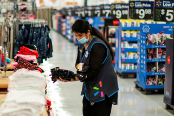 États-Unis Walmart veut passer plus d'employés à temps plein pour mieux les retenir)