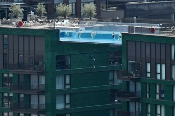 Londres La Sky Pool, une piscine qui donne le vertige)