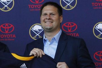 Les propriétaires des Sabres renouvellent leur confiance envers le DG Jason Botterill)