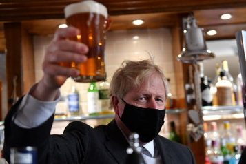 Boris Johnson savoure une pinte de bière post-confinement)