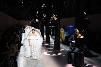 Givenchy: les femmes fleurs dans un couvent médiéval