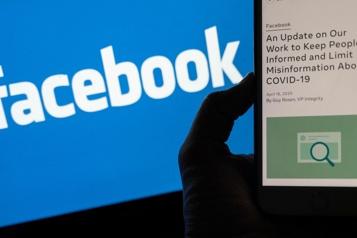 Vaccins contre la COVID-19 Passe d'armes entre Biden et Facebook sur la désinformation)